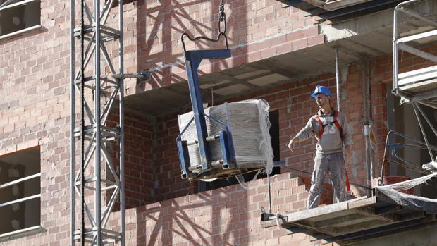 Un trabajador de la construcción en una promoción de viviendas