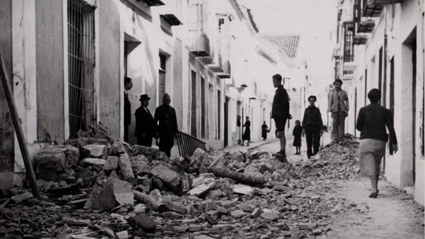 Efectos del bombardeo de 1938 en una calle de Cabra