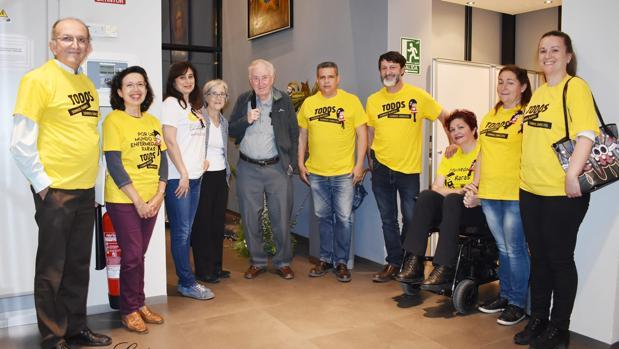 Charles Doherty, en el centro, con miembros de la red en Córdoba