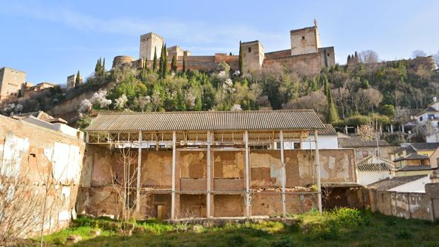 El Maristán nazarí, BIC del siglo XIV que funcionó como hospital para pobres muslmantes. Es el único edificio andalusí de este tipo que se conserva, aunque en un estado de abandono que requiere su prometida rehabilitación.