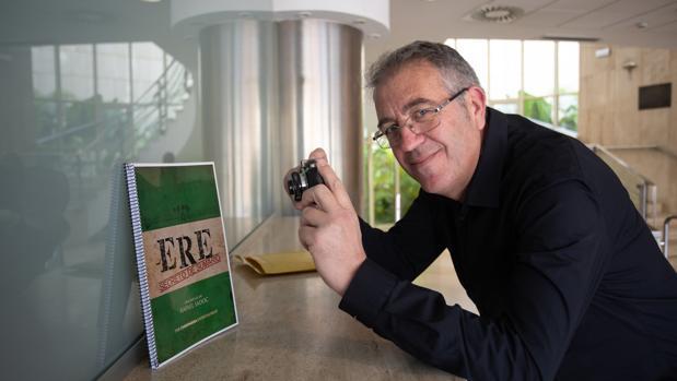 Rafael Sadoc posa con su guion de «ERE. Secreto de sumario»