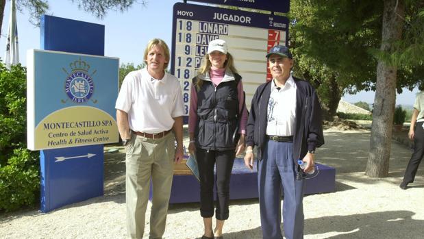 El exjugador del Real Madrid, Barcelona y Atlético de Madrid Bernd Schuster (i), en un torneo de golf