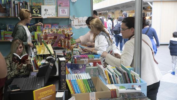 Clientes en la Feria del Libro de este año