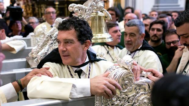 El actor malagueño Antonio Banderas participa como mayordomo del Trono de María Santísima de Lágrimas y Favores en las Cofradías Fusionadas
