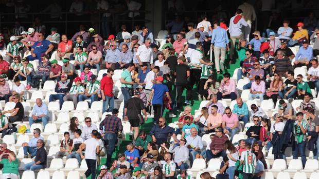 Los seguidores del Córdoba CF abandonan el estadio en el minuto 59 on 0-3 ante el Lugo