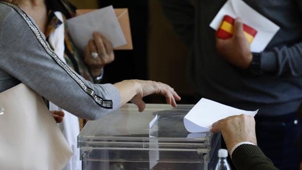 Una persona deposita su voto en una urna de Córdoba capital