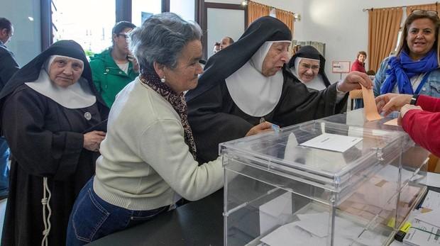 Una religiosa deposita su voto en un colegio electoral de Sanlúcar de Barrameda