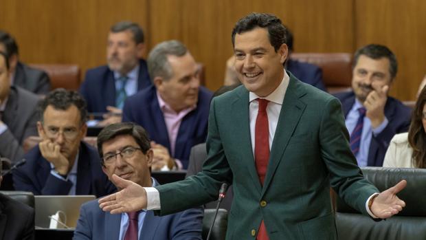 Juanma Moreno en la sesión de control de este viernes en el Parlamento de Andalucía