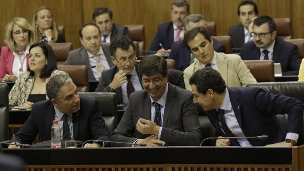 Juanma Moreno junto a Juan Marín y Elías Bendodo en el pleno