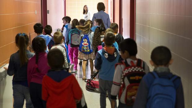 Escolares se disponen a entrar en sus aulas