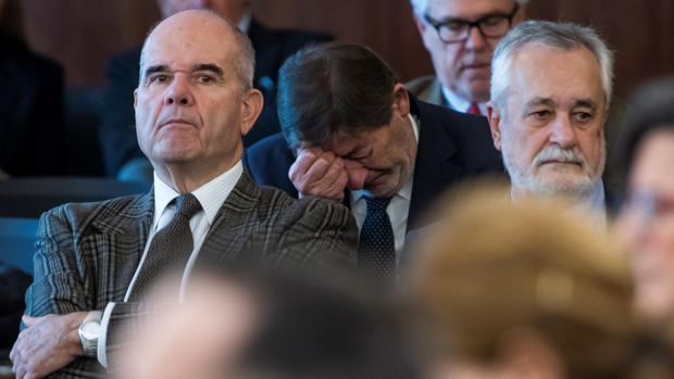 Manuel Chaves y José Antonio Griñán, procesados por los ERE junto a seis exconsejeros y trece ex altos cargos