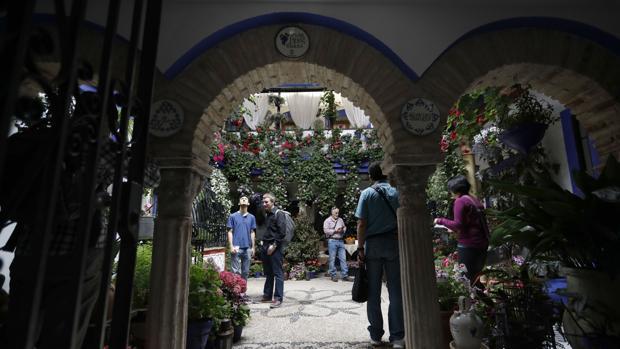 Patio de la calle Isabel II de Córdoba, muy visitado por los turistas