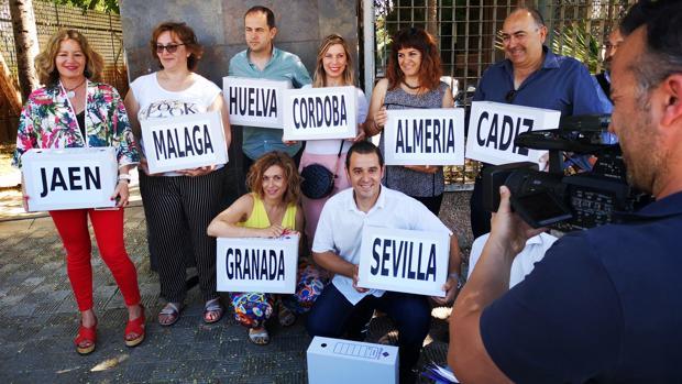 Entrega de la recogida de firmas esta mañana en Sevilla