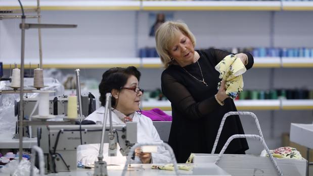 Matilde Cano, en el taller de la empresa con una trabajadora