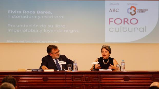 Elvira Roca Barea, con José Calvo Poyato, durante el Foro Cultural de ABC