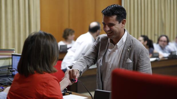 Isabel Ambrosio y Pedro García se saludan en el último Pleno del mandato