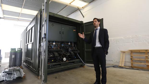 Carlos García, con la máquina de generación de agua que ha comprado el Ejército de Chile en Lucena