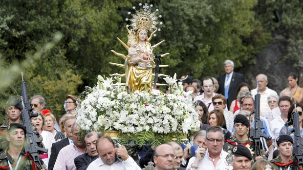 La Virgen de Linares coronada recorre los alrededores de su santuario, acompañada por sus devotos