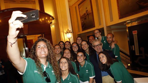 Selfie del equipo con Braulio Medel, presidente de la Fundación Unicaja