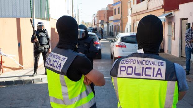 Agentes de la Policía Nacional, en los registros llevados a cabo en La Atunara