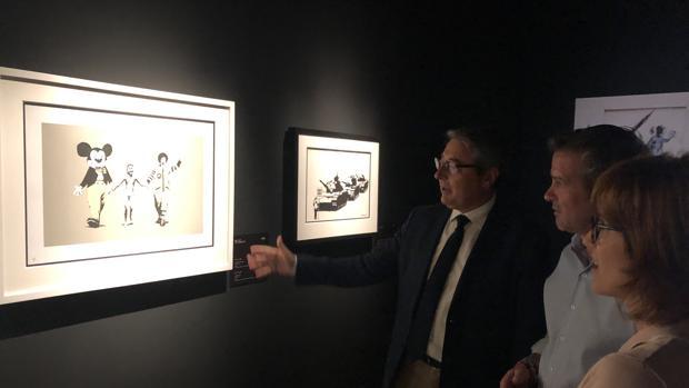El presidente de la Diputación, Francisco Salado, y el diputado de Cultura, Víctor González, visitaron esta exposición en el centro cultural dependiente de la Diputación de Málaga