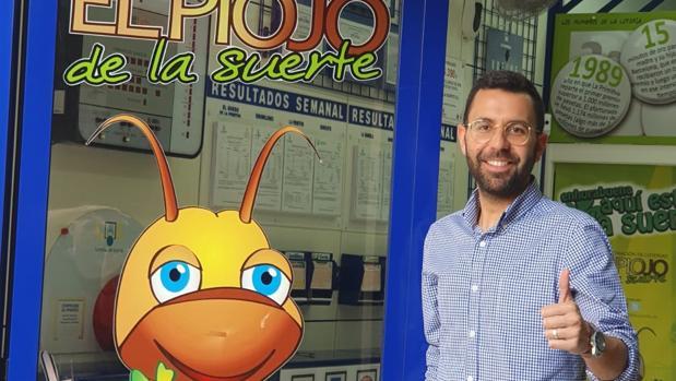 Alfonso Lozano, en la administración de Lotería de La Línea que ha dado este suculento premio