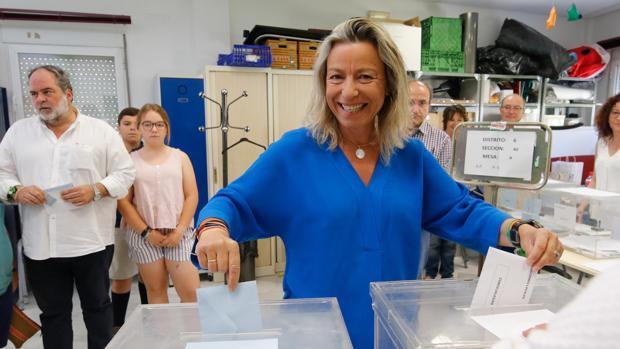Isabel Albás deposita su voto