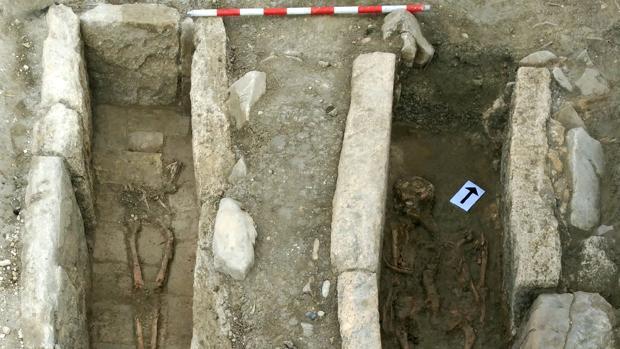 Los dos enterramientos encontrados en Baena; a la izquierda, la tumba de la mujer