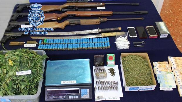Droga, armas y otros efectos intervenidos por la Policía