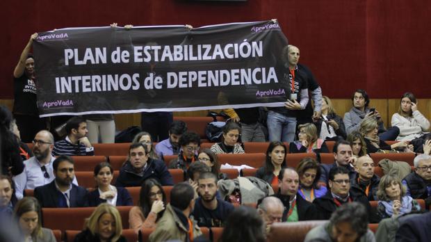 Interinos de la Junta muestran una pancarta exigiendo un plan de estabilización