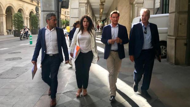 Los representantes de Ciudadanos en Granada, al abandonar la reunión