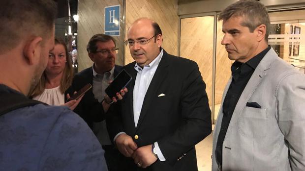 El candidato del PP en Granada, Sebastián Pérez, a la salida del Hotel Meliá.