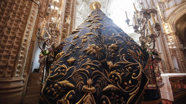 Vista del manto de las palomas de la Virgen de los Dolores