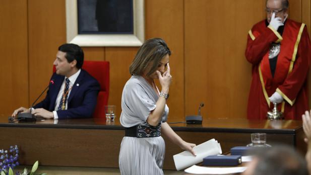 Ambrosio pasa frente a Bellido en el Pleno de investidura