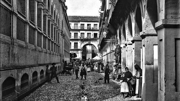 La Corredera, con el mercado en el centro, en el año 1900