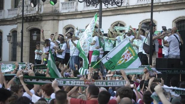 La plantilla del Córdoba Futsal celebra el ascenso a Primera en las Tendillas