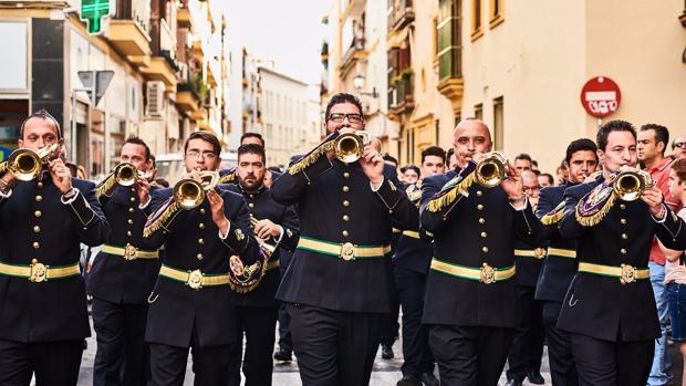 Músicos de la banda de cornetas y tambores de la Centuria Romana Macarena