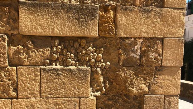 Esculturas halladas sobre la Puerta de Almodóvar