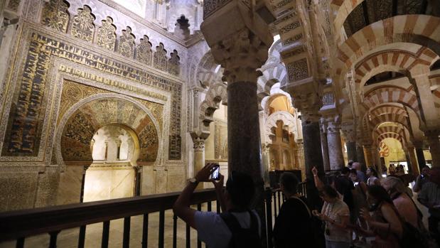 Turistas frente al mihrab de la Mezquita-Catedral de Córdoba