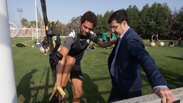 Quim Araujo habla con el presidente del Córdoba CF en un entrenamiento