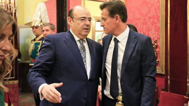 El popular Sebastián Pérez charla con el alcalde de Granada, Luis Salvador, de Ciudadanos.