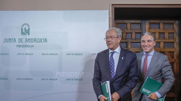 El consejero de Economía, Rogelio Velasco, junto al de Presidencia, Elías Bendodo
