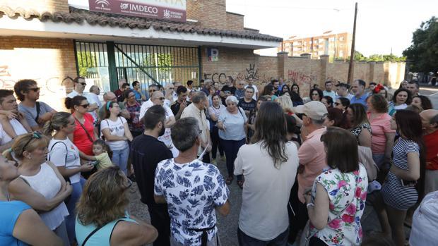 Protesta ante la piscina de la Fuensanta