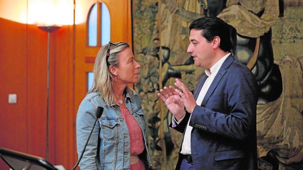 Isabel Albás y José María Bellido conversan en el Ayuntamiento
