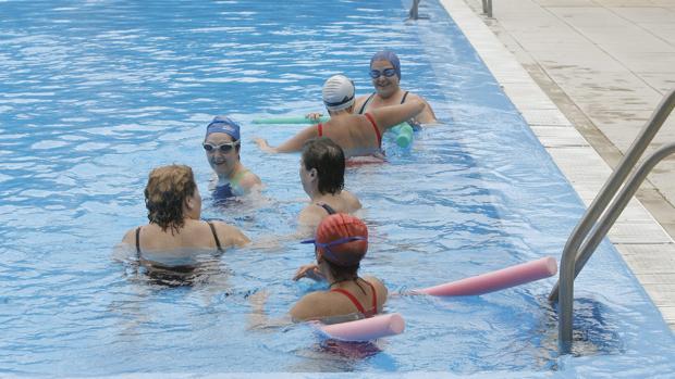 Bañistas en la piscina muncipal hace años