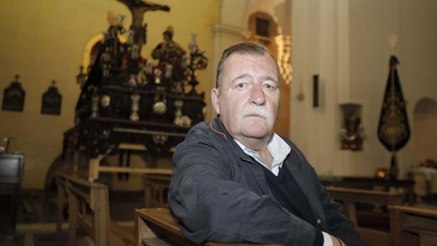 Javier Romero, junto al Cristo de las Penas en la iglesia de Santiago de Córdoba
