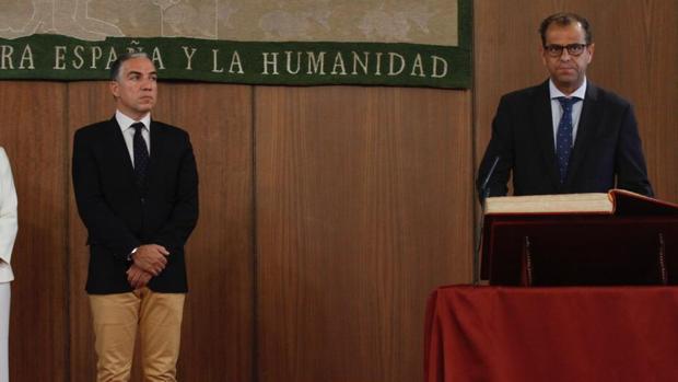 Elías Bendodo y Juande Mellado, este miércoles en el Parlamento andaluz