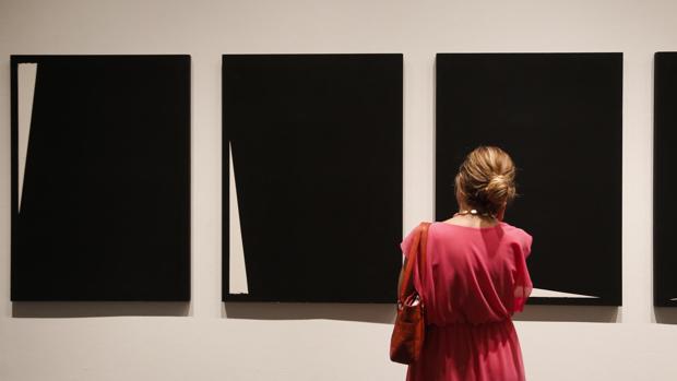 Obras de la serie «Menhires» en la exposición de Elena Asins en la sala Vimcorsa de Córdoba