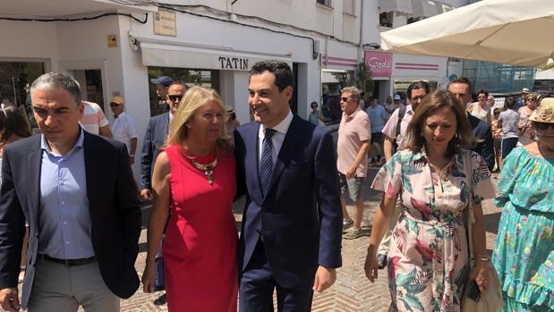 Juanma Moreno junto a la alcaldesa Ángeles Muñoz, al consejero de Presidencia Elías Bendodo y la delegada de la Junta en Málaga Patricia Navarro, en Marbella