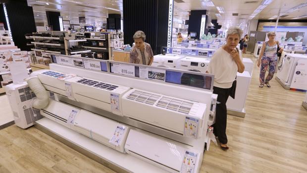 Venta de aires acondicionados en un establecimiento comercial de Córdoba